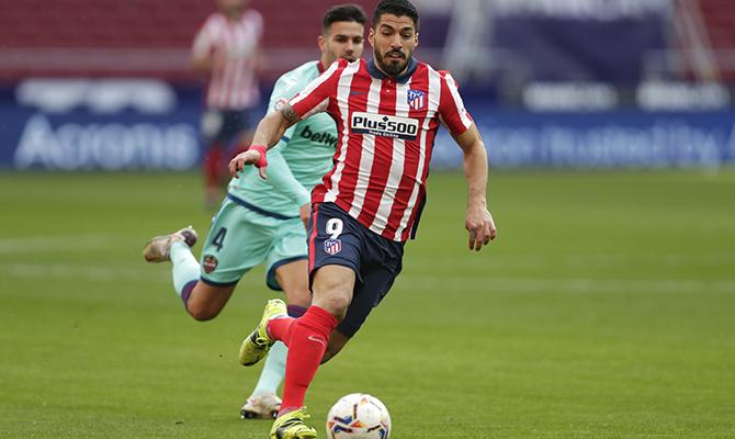 El goleador del Atlético de Madrid, Luis Suarez, conduce el balón. Atlético de Madrid vs Chelsea.