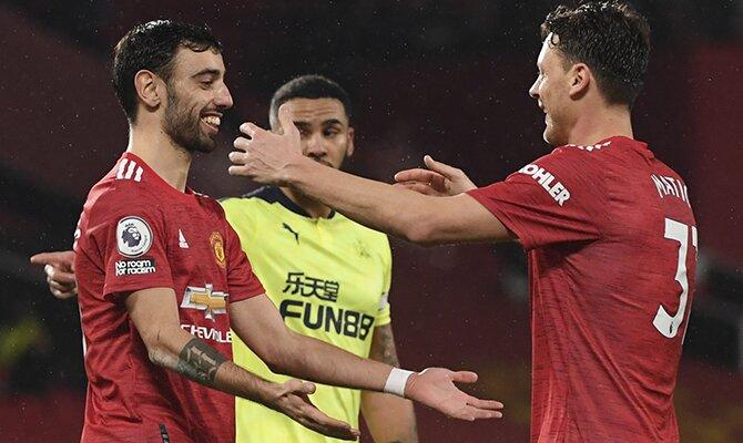 Bruno Fernandes, a la izquierda en la imagen, es uno de los jugadores a seguir en las cuotas del Chelsea vs Manchester United