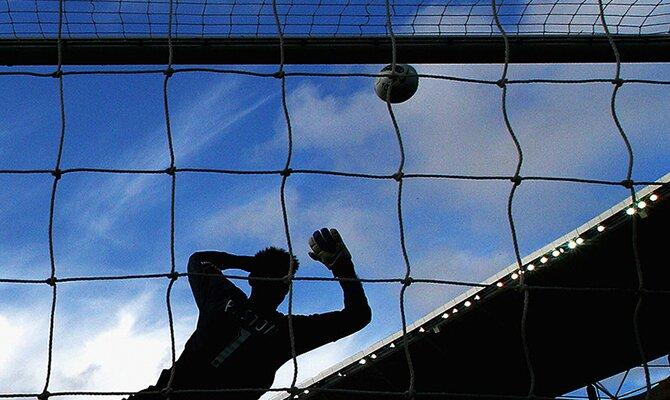 Un portero trata de parar un balón aéreo que parece abocado a terminar en gol. Jornada 5 del Apertura de Paraguay 2021