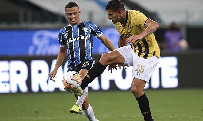 Raúl Bobadilla controla un balón ante la presión de un rival. Analizamos las cuotas del Royal Pari vs Guaraní