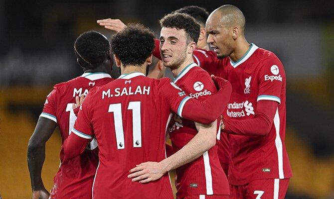 Varios jugadores del Liverpool cebarán un gol apiñados. Arsenal vs Liverpool, partido de la jornada 30 de la Premier League.
