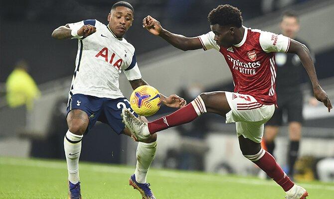 Thomas Partey controla un balón ante un jugador de los Spurs. Cuotas para el Arsenal vs Tottenham de la Premier League