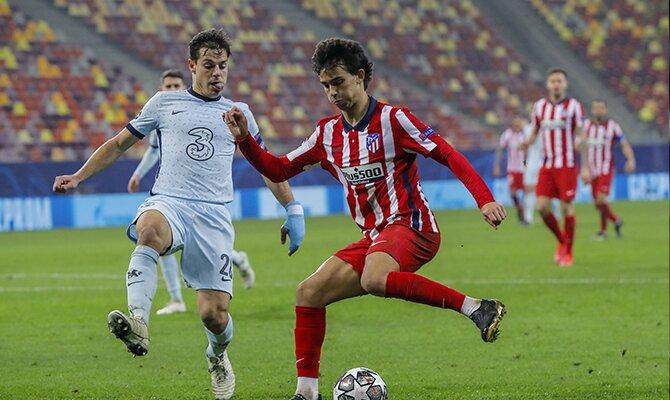 Joao Félix del Atlético de Madrid se prepara para dar un pase. Revisa las cuotas del Chelsea vs Atlético de Madrid.
