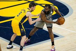 James Harden protege el balón ante un rival. Favoritos para ganar la NBA 2020-2021