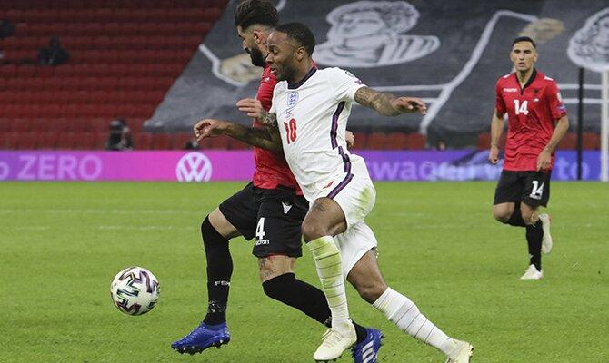 Raheem Sterling intenta conducir el balón frente a un rival. Cuotas del Inglaterra vs Polonia, Clasificación UEFA