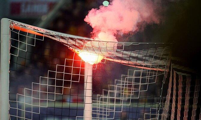 Una bengala arde sobre la red de la portería. Cuotas de la jornada 9 del Apertura de Paraguay
