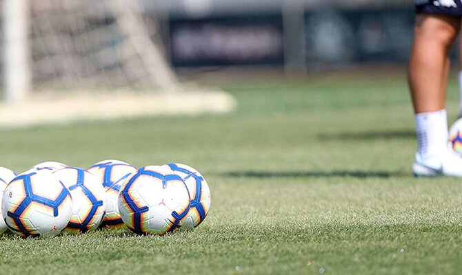 Varios balones sobre el verde del césped. Cuotas y predicciones del Libertad vs Guaraní de la séptima jornada del Apertura
