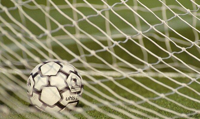 Un balón dentro de la red de una portería. Conoce los choques más relevantes de la jornada 8 del Apertura de Paraguay.