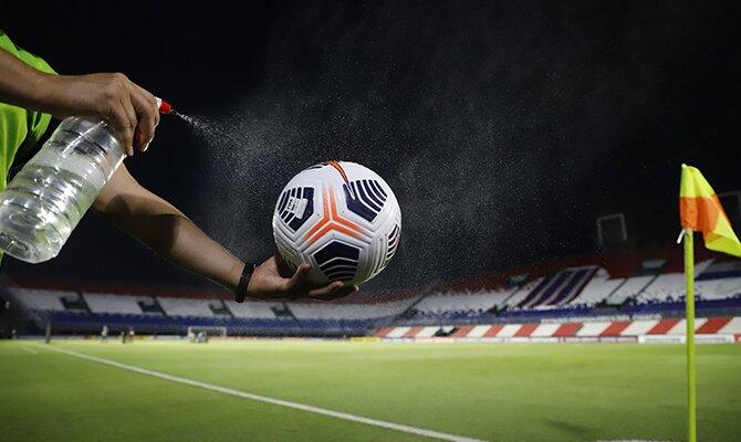 Balón oficial de la Libertadores pulverizado con agua. Cuotas del América de Cali vs Cerro Porteño.