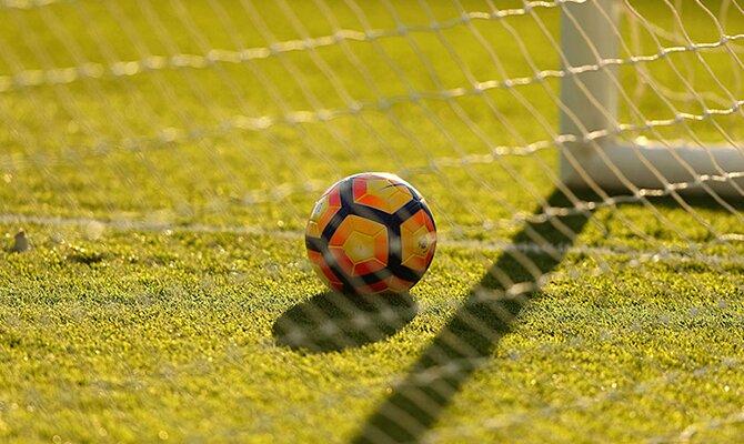 El fondo de la red de una portería con el esférico dentro. Equipos de Paraguay en la Copa Sudamericana.