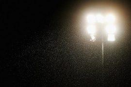 Foco del estadio iluminando la noche. Cuotas equipos de Paraguay en la Copa Sudamericana.