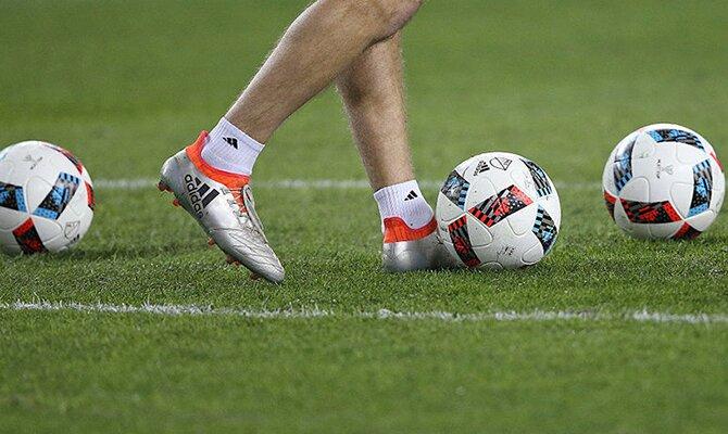 Los pies de un jugador colocando un balón. Jornada 11 del Apertura de Paraguay.