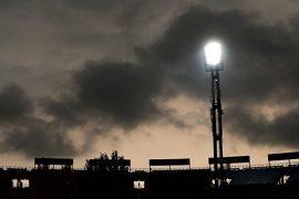 Un solo foco ilumina el campo en la penumbra. Cuotas de la Jornada 12 del Apertura de Paraguay.