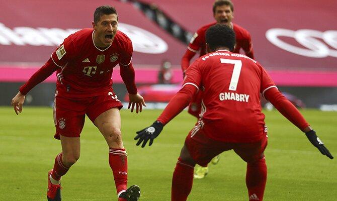 Robert Lewandowski grita para celebrar un gol. Cuotas del RB Leipzig vs Bayern Múnich jornada 27 de la Bundesliga.
