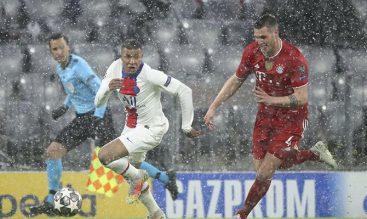 Mbappé conduce el balón bajo la lluvia. Cuotas PSG vs Bayern Múnich, 1/4 de final de Champions.