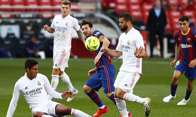 Raphael Varane hace una entrada a Lionel Messi. Cuotas del Real Madrid vs Barcelona.
