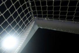 Escuadra de la portería iluminada por un foco. Cuotas equipos de Paraguay en la Copa Sudamericana.