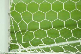 Lateral de una portería y césped visto desde la red. Cuotas jornada 13 del Apertura de Paraguay.