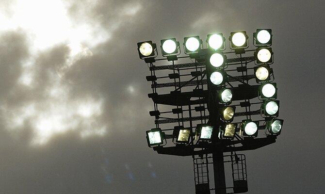 Los focos del estadio luciendo en un anochecer nublado. Cuotas para el Always Ready vs Olimpia.