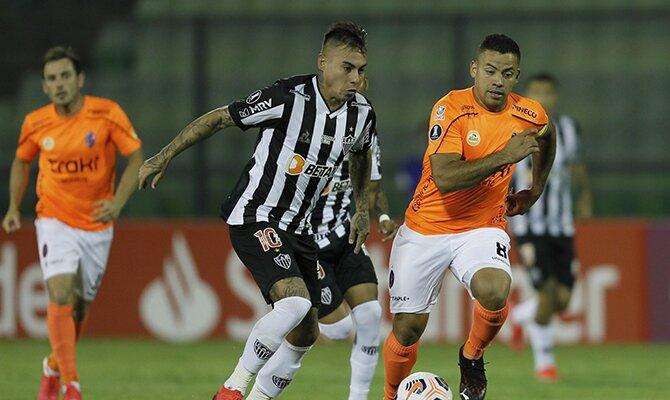Eduardo Vargas del Atlético Mineiro conduciendo el balón. Cuotas Atlético Mineiro vs Cerro Porteño.