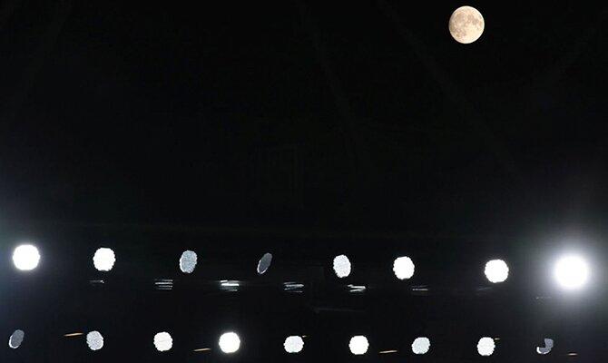 Focos del estadio iluminando la noche con la luna de fondo. Cuotas Cerro Porteño vs Atlético Mineiro