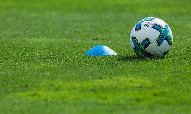 El balón sobre el césped delante de un cono azul. Cuotas Deportivo La Guaira vs Cerro Porteño.