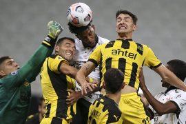 El Peñarol defendiendo un córner. Cuotas para los equipos de Paraguay en la Copa Sudamericana.