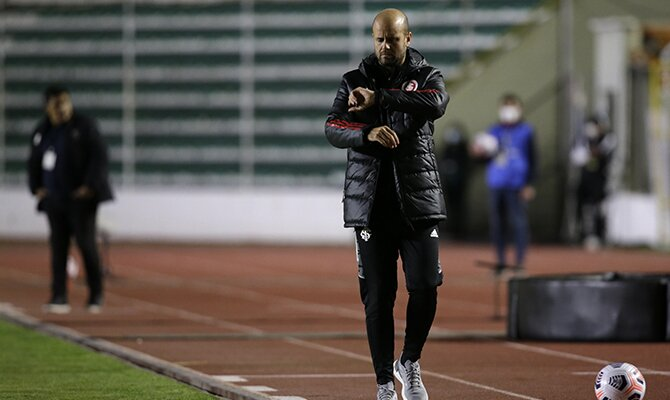El entrenador Miguel Ángel Ramírez mirando el reloj. Cuotas Internacional vs Olimpia.