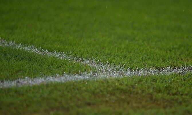 Un cruce de líneas de cal blanca sobre el césped. Cuotas Jornada 16 del Apertura de Paraguay.