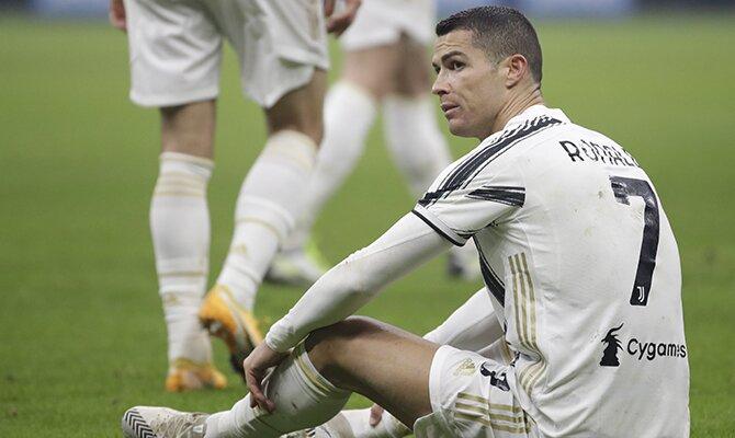 Cristiano Ronaldo de la Juventus sentado en el suelo del campo. Cuotas Juventus vs Inter de Milán.