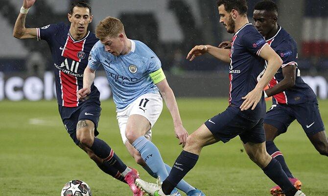 Kevin De Bruyne internándose ente los defensores del PSG. Cuotas Manchester City vs PSG.