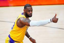 LeBron James de Los Angeles Lakers felicitando a un compañero ¿Quién ganará la NBA 2020-2021?