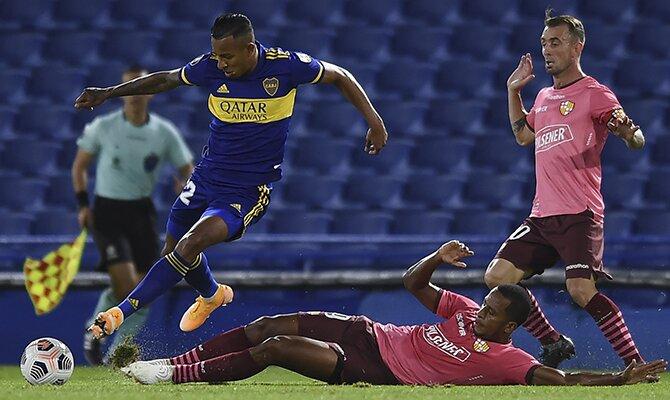 Un jugador del Boca esquiva una entrada en carrera. Cuotas y picks Racing Club vs Boca Juniors.