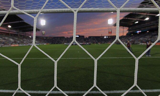 El terreno de juego visto desde el fondo de la portería. Jornada 15 del Apertura de Paraguay.
