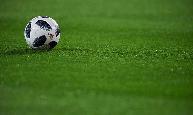 Balón Adidas visto en la lejanía sobre el césped. Cuotas y picks Jornada 17 del Apertura de Paraguay