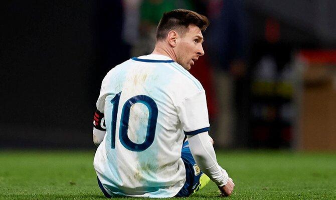 Lionel Messi sentado en el césped. Cuotas Argentina vs Chile, Eliminatorias Copa Mundial Conmebol.
