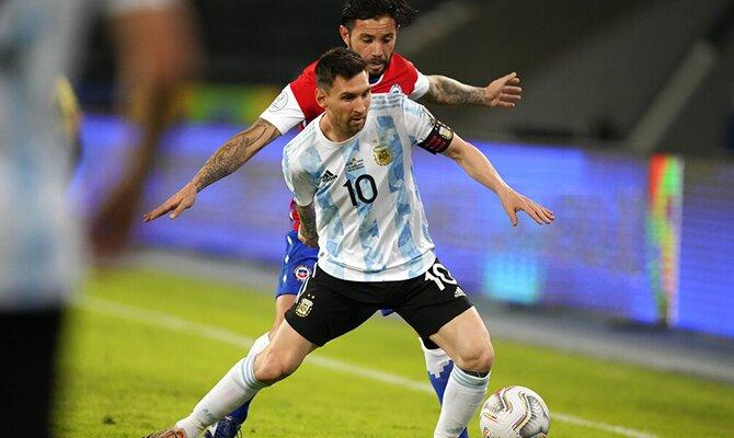 Lionel Messi protege el balón ante un rival. Cuotas Argentina vs Paraguay, Copa América 2021.