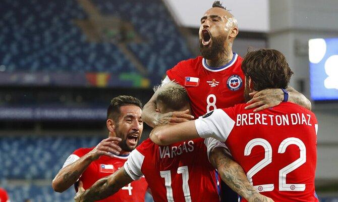 Arturo Vidal y sus compañeros de Chile celebran un gol. Chile vs Paraguay.