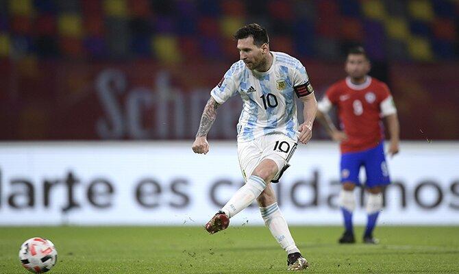 Lionel Messi ejecutando un disparo con la Albiceleste. Cuotas y pronósticos Colombia vs Argentina.