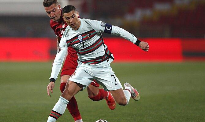 Cristiano Ronaldo defendiendo un balón ante un rival. Cuotas para el partido España vs Portugal.