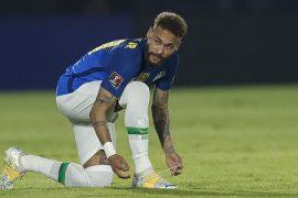 Neymar Jr atándose la bota. Cuotas de la segunda jornada de la fase de grupos de la Copa América.
