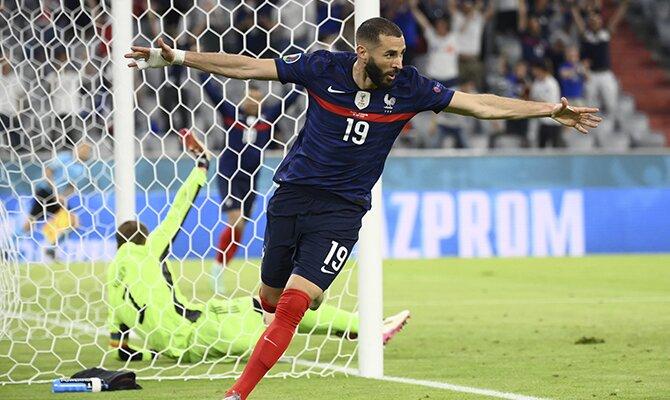 Karim Benzema hace el avión para celebrar un gol. Cuotas Octavos de final de la Euro 2020.