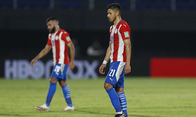 Oscar Romero de Paraguay camina por el campo con la Albirroja. Cuotas y picks Paraguay vs Bolivia