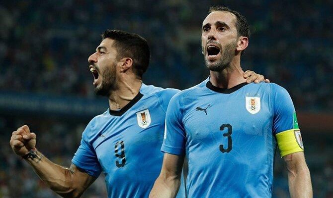 Luis Suarez y Godín celebrando un gol con la selección de Uruguay. Cuotas Uruguay vs Paraguay