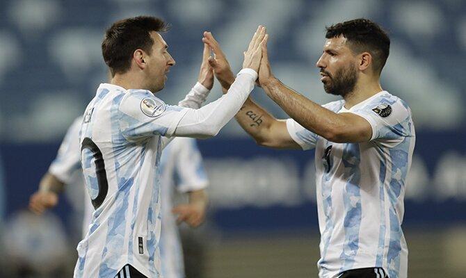 Lionel Messi y el Kun Agüero se felicitan tras un gol. Cuotas Argentina vs Colombia, Copa América.