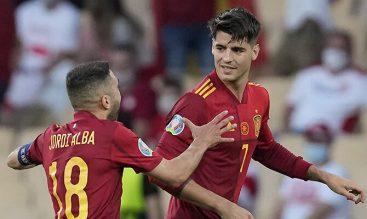 Jordi Alba felicita a Álvaro Morata tras un gol. Picks Italia vs España, semifinal de la Euro 2020.