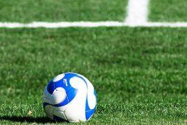 El balón blanco y azul sobre el césped del campo. Picks Octavos de final de la Copa Libertadores.