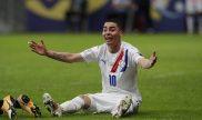 Miguel Almirón de Paraguay reclama una falta desde el suelo. Cuotas Perú vs Paraguay, Copa América