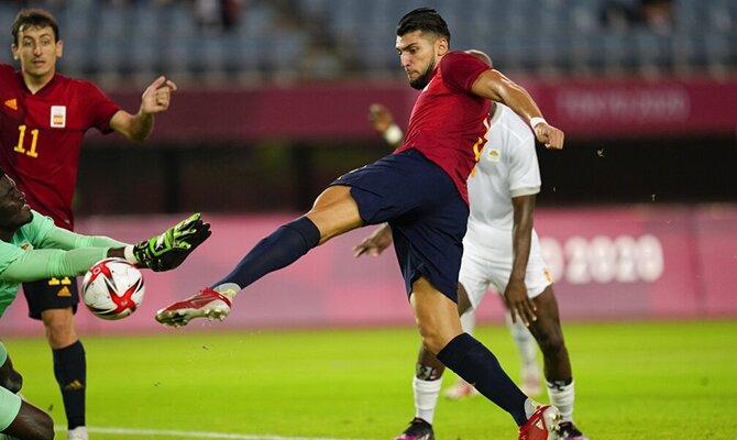 Rafa Mir disparando a bocajarro ante un portero. Cuotas Final Olimpiadas 2020, Brasil vs España.