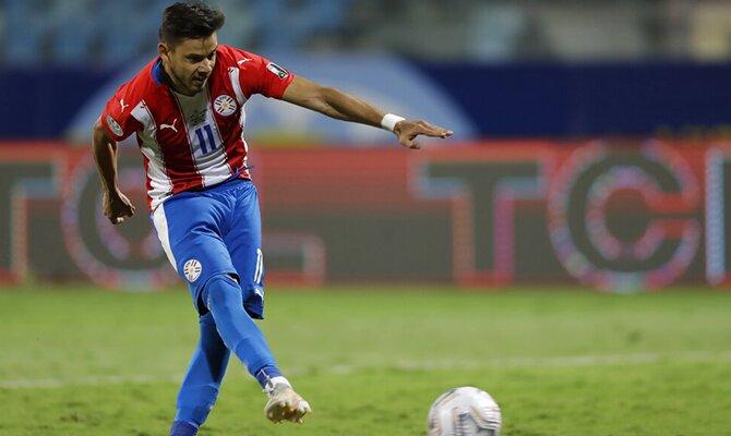 Ángel Romero ejecutando un penalti. Ecuador vs Paraguay, Apuestas Copa del Mundo por Sudamérica